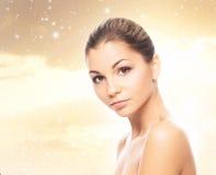 Портрет красивой и здоровой девушки на снеге Стоковые Фотографии RF