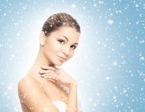Портрет красивой и здоровой девушки на снеге Стоковая Фотография