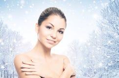 Портрет красивой и здоровой девушки на снеге Стоковое Изображение RF