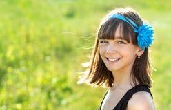 Портрет красивой и счастливой девушки outdoors в лете, Стоковые Фото