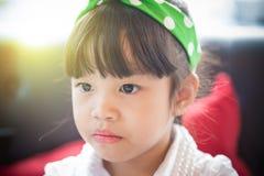 Портрет красивой и уверенно девушки стоковая фотография rf