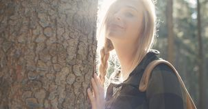 Портрет красивой кавказской женщины представляя деревом сток-видео