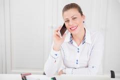 Портрет красивой коммерсантки говоря на умном телефоне Стоковая Фотография