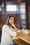Портрет красивой коммерсантки используя smartphone Стоковая Фотография RF
