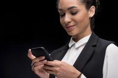 Портрет красивой коммерсантки используя smartphone Стоковое Изображение