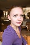 Портрет красивой красной девушки Стоковая Фотография