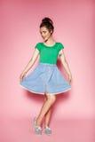 Портрет красивой курчавой девушки представляет на розовой предпосылке Стоковые Фотографии RF