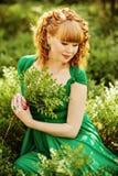 Портрет красивой курчавой с волосами беременной девушки в зеленом Д-р Стоковая Фотография RF