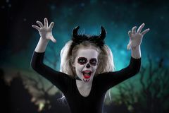 Портрет красивой маленькой девочки в костюме хеллоуина стоковая фотография