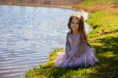 Портрет красивой маленькой девочки в лете на природе Ребенок на береге озера Стоковое фото RF