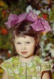 Портрет красивой маленькой девочки с смычками Стоковая Фотография RF