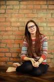 Портрет красивой милой предназначенной для подростков девушки в живущей комнате Стоковая Фотография