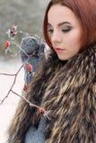 Портрет красивой милой рыжеволосой девушки в лесе зимы Стоковые Изображения RF