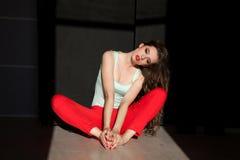 Портрет красивой модной женщины в красных брюках стоковое изображение rf