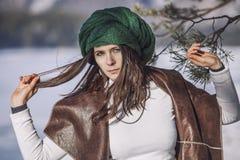 Портрет красивой модной молодой женщины в зиме с a Стоковые Изображения RF