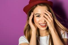 портрет красивой молодой азиатской женщины в шляпе усмехаясь на камере стоковые фотографии rf