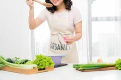 Портрет красивой молодой женщины варя суп с овощами a Стоковое Изображение RF