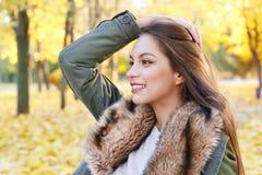 Портрет красивой молодой женщины в парке осени на день Стоковая Фотография