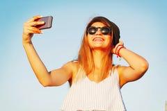 Портрет красивой молодой женщины делая selfie на умном телефоне Стоковое Фото