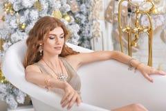 Портрет красивой молодой женщины лежа в ванне стоковая фотография rf