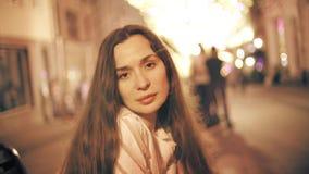 Портрет красивой молодой женщины на загоренной предпосылке пешеходной зоны акции видеоматериалы