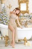 Портрет красивой молодой женщины сидя на ванне стоковые фото