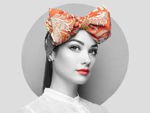 Портрет красивой молодой женщины с смычком Стоковое Фото