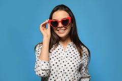 Портрет красивой молодой женщины с солнечными очками сердца форменными стоковое фото rf