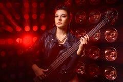 Портрет красивой молодой женщины с электрической гитарой стоковые изображения rf