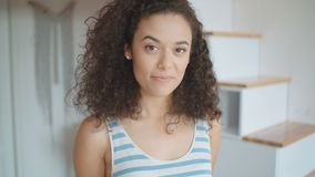 Портрет красивой молодой женщины усмехаясь на камере в кухне видеоматериал