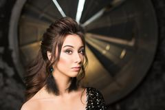 Портрет красивой молодой женщины latina с совершенным составляет и длинные темные волосы смотря к камере поднимающее вверх красот Стоковые Изображения