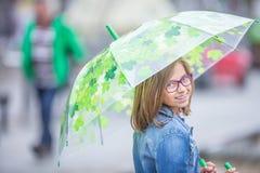 Портрет красивой молодой пре-предназначенной для подростков девушки с зонтиком под sp стоковая фотография