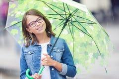Портрет красивой молодой пре-предназначенной для подростков девушки с зонтиком под весной или дождем лета стоковые изображения rf