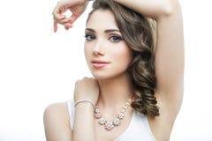 Портрет красивой модели женщины с большими голубыми глазами и романтичным волнистым стилем причёсок Стоковое Изображение RF