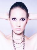 Портрет красивой модной девушки представляя в студии Стоковое фото RF