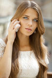 Портрет красивой молодой дамы вне ходя по магазинам Стоковое фото RF