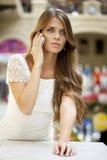 Портрет красивой молодой дамы вне ходя по магазинам Стоковые Фото