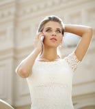 Портрет красивой молодой дамы вне ходя по магазинам Стоковое Изображение