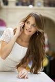 Портрет красивой молодой дамы вне ходя по магазинам Стоковые Фотографии RF
