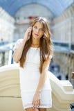 Портрет красивой молодой дамы вне ходя по магазинам Стоковое Изображение RF