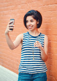 Портрет красивой молодой латинской испанской женщины девушки делая фото selfie Стоковое Изображение