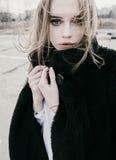 Портрет красивой молодой белокурой женщины в черной куртке на улице, пасмурный Стоковая Фотография