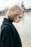 Портрет красивой молодой белокурой женщины в черной куртке на улице, пасмурный Стоковое Изображение