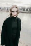 Портрет красивой молодой белокурой женщины в черной куртке на улице, пасмурный Стоковое Фото