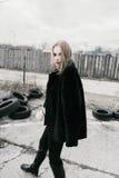 Портрет красивой молодой белокурой женщины в черной куртке на улице, пасмурный Стоковые Изображения RF