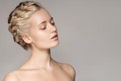 Портрет красивой молодой белокурой женщины с волосами кроны оплетки стоковые изображения