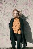 Портрет красивой молодой белокурой женщины с стеклами в улице Стоковые Изображения RF