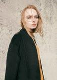 Портрет красивой молодой белокурой женщины с стеклами в улице Стоковые Изображения