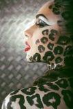 Портрет красивой молодой европейской модели в составе и bodyart кота Стоковое Изображение
