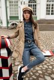 Портрет красивой молодой девушки битника идет через улицы старые потеха и усмехаться городка Стоковое Изображение RF